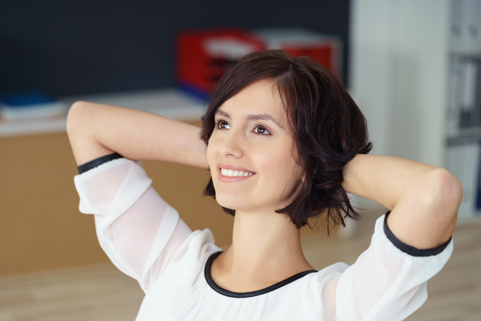 glückliche Frau im Bürostuhl