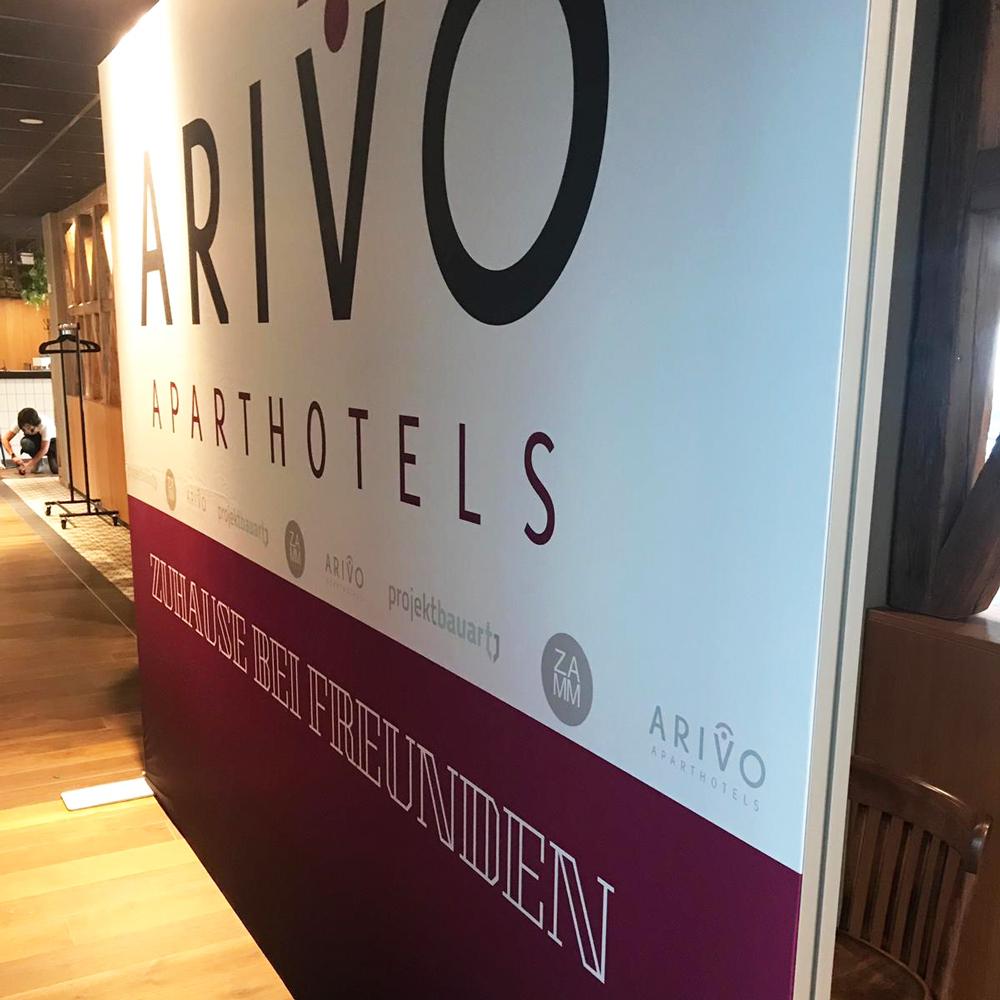 Displaywand Arivo Aparthotels